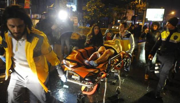 Sanitarios atienden a víctimas del ataque en Estambul.