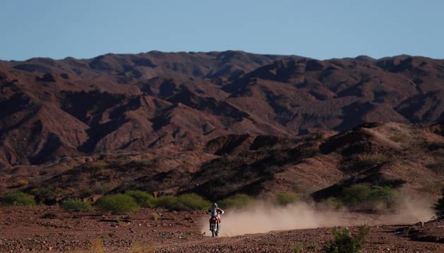 Imagen del piloto español Joan Barreda Bort conduce su motocicleta Honda durante la tercera etapa del Rally Dakar 2017 entre San Miguel de Tucumán y San Salvador de Jujuy (México)