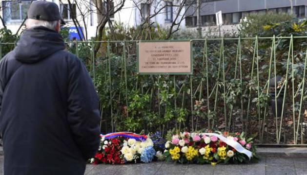 Flores funerarias para recordar a las víctimas de París.