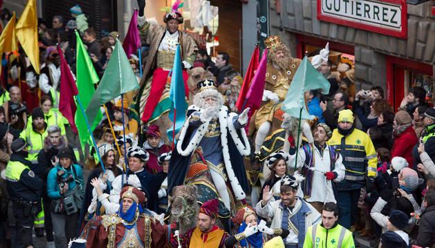 Los Reyes Magos de Oriente se adentran, ayer por la tarde, en la Plaza Consistorial de Pamplona, ante la expectación de miles de personas.