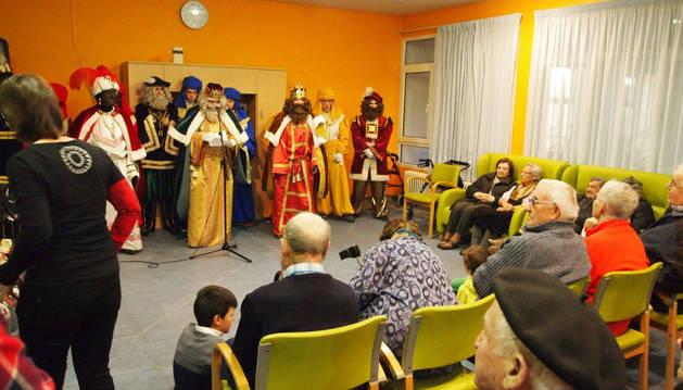 Imagen de los Reyes Magos hicieron una visita a la residencia de mayores antes de la cabalgata sangüesina.