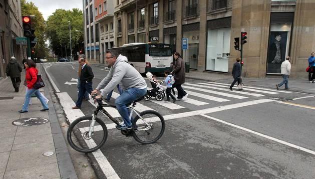 Tráfico de villavesa, peatones y ciclistas, en la calle Cortes de Navarra de Pamplona.