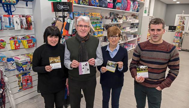 Ana Jordana Alberdi, Manolo Jordana Arza, Vale Allo Asiáin y José Jordana Allo con los calendarios en la nueva tienda de Estella.