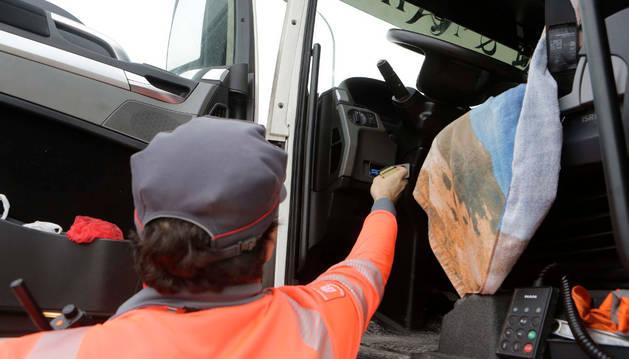 Un agente del grupo de Transporte de la Policía Foral verifica la cabina de un camión para comprobar que cumple la legalidad.