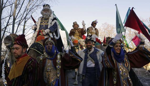 Ilusión, colorido y magia en el desfile de la comitiva real por Pamplona.
