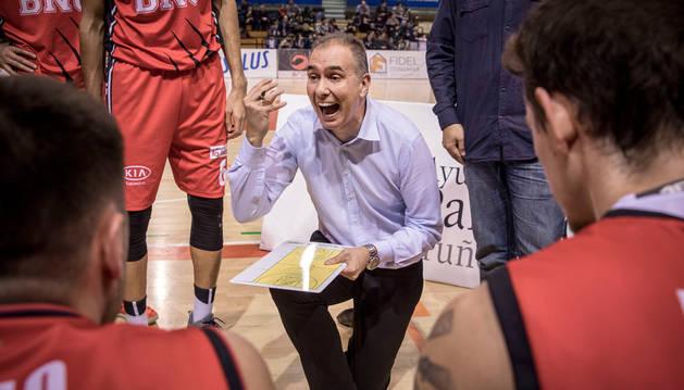 Imagen de Prado dando instrucciones a sus jugadores en un choque anterior.