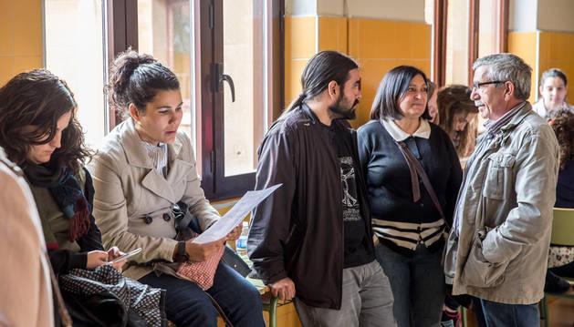 Imagen de un grupo de maestros ultiman el repaso antes de enfrentarse a las pruebas de la oposición de especialidades de magisterio. Fue el 18 de junio.