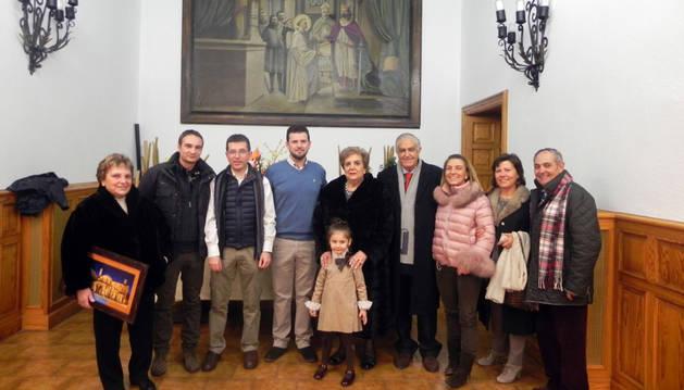 Imagen de Eloísa Pina Muro, en el centro de la imagen junto al alcalde Raimundo Aguirre, el senador Pachi Yanguas, y familiares.