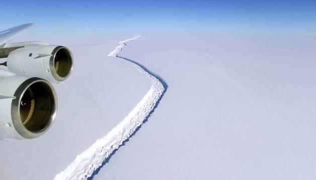 Foto de una grieta gigante vista desde un avión en la Antártida el pasado 10 de noviembre de 2016.