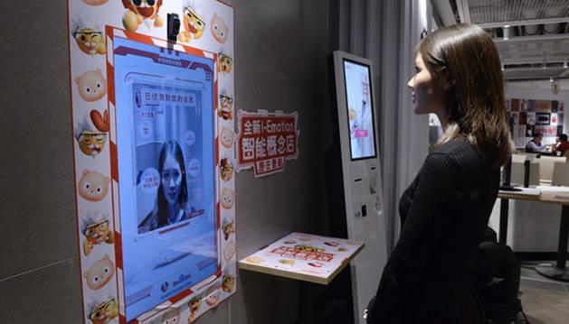 Foto del restaurante KFC de Pekín con la tecnología que escanea la cara de los clientes.