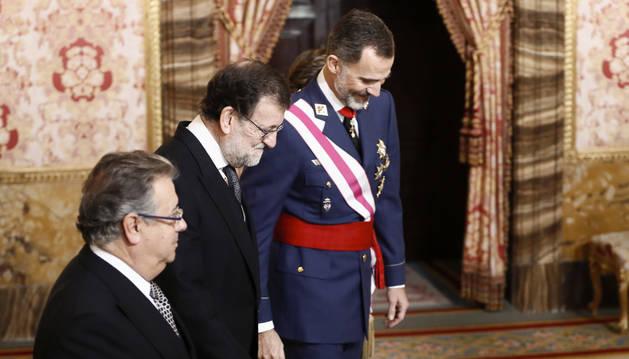 Foto del rey Felipe VI, acompañado por Mariano Rajoy y Juan ignacio Zoido, durante la celebración de la Pascua Militar.