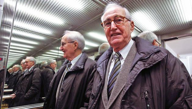 El psiquiatra Madoz y su imagen reflejada en los espejos de un ascensor.
