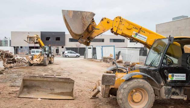 Varias máquinas en la zona del Queiles de Tudela, donde se están construyendo las únicas viviendas autorizadas en el presente año.