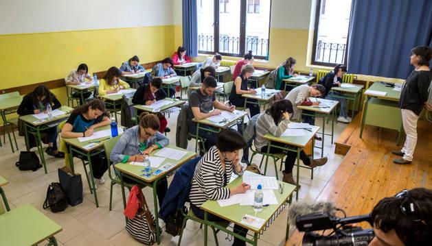 Un grupo de opositores a las especialidades de maestro realiza la prueba teórica en el instituto Plaza de la Cruz de Pamplona. Era el 18 de junio.