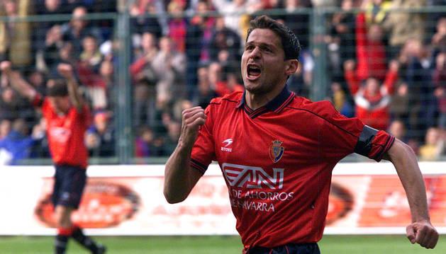 Vasiljevic celebra el gol que logró ante el Salamanca el 26 de marzo del 2000, en su última temporada en Osasuna.