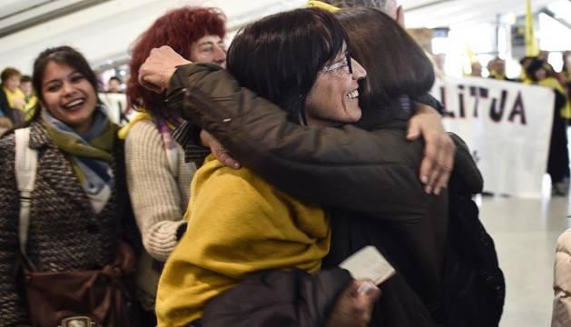 La activista navarra Begoña Huarte (i), a su llegada al aeropuerto de Bilbao.