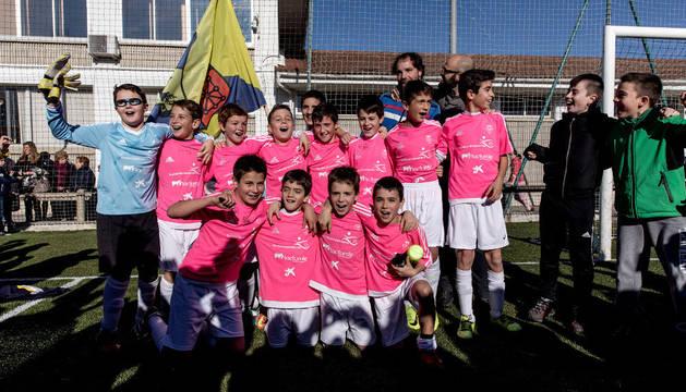 Los jugadores del Luis Amigó celebran su triunfo en el Interescolar.
