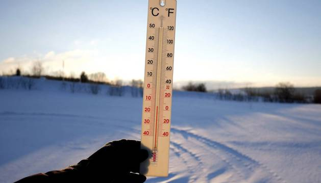 Un termómetro muestra los 15 grados bajo cero en la localidad de Roztoka en Przemysl (Polonia).