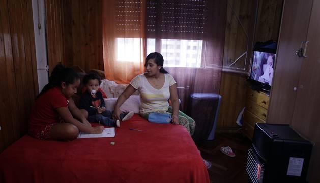 Reportaje de familias que viven en Navarra en las conocidas como habitaciones-patera.