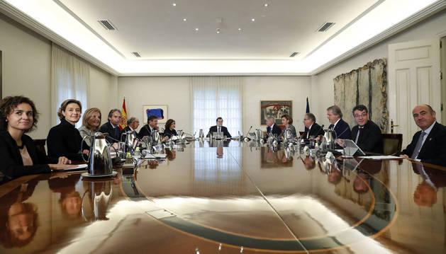 El nuevo Gobierno de Mariano Rajoy, reunido en su primer consejo de ministros, el pasado 5 de noviembre.