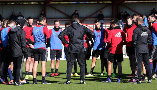 Los jugadores atienden las explicaciones de Vasiljevic en la víspera de recibir al Valencia.