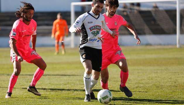 Iñaki Jiménez (Tudelano) conduce el balón entre dos jugadores de la Cultural Leonesa en el partido de ayer.