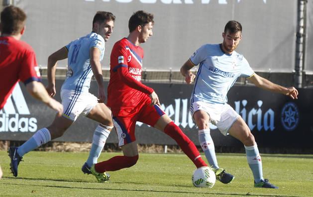 Eder Abaurrea, autor de uno de los dos goles de la Mutilvera en el encuentro del sábado, lucha por el balón con un jugador del filial del Celta.