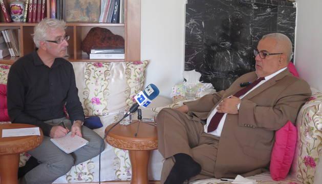 Javier Otazu, entrevistando al presidente de Marruecos, Abdelilah Benkirán.