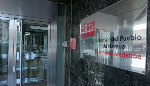 Cartel de entrada a la sede del Defensor del Pueblo de Navarra.