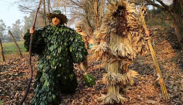 Varios personajes que participan en La Vijanera, la primera mascarada del año que ha vuelto a recorrer hoy el pueblo de Silió en una fiesta multitudinaria, con miles de personas que se han adentrado en el corazón de Cantabria para seguir esta costumbre milenaria.