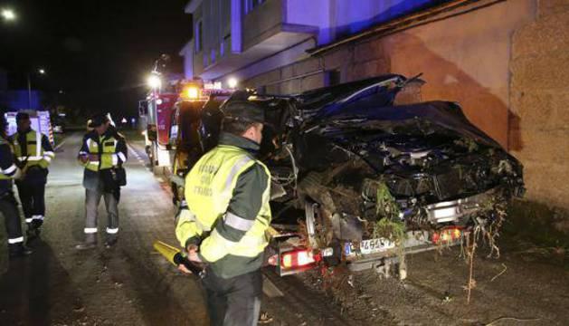 Vehículo siniestrado en un accidente en Monterrei (Orense).