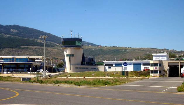 Investigan el hallazgo de un menor en la bodega de un avión en Melilla