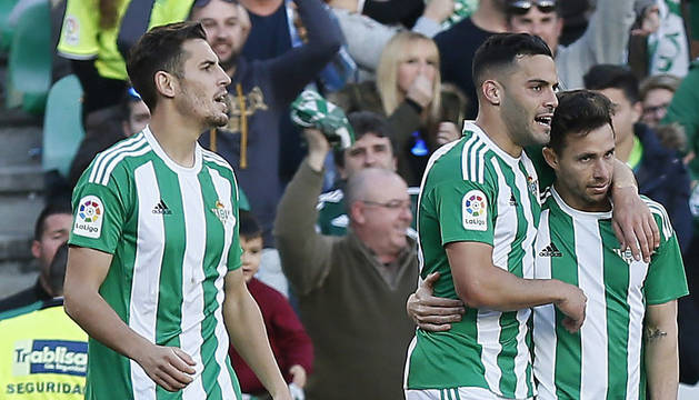 Rubén Castro celebra el primer gol con sus compañeros.