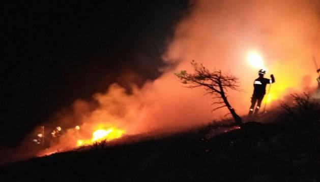 Los bomberos sofocan un incendio en Garaioa.