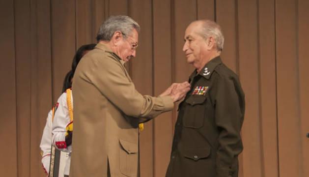Raúl Castro condecora a Carlos Fernández Gondín en una imagen de archivo.