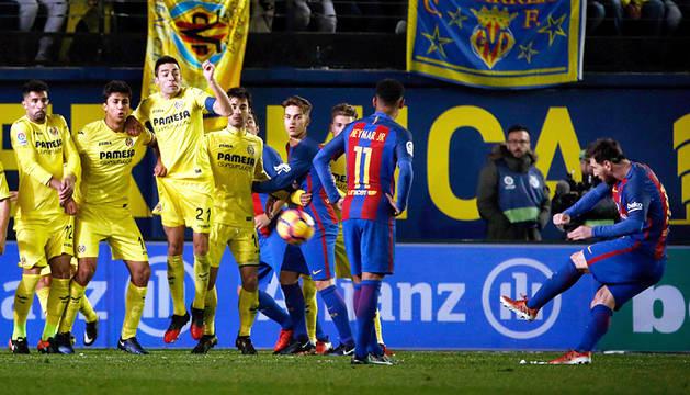 Un golazo de falta de Messi consigue salvar un punto al Barça ante el Villarreal