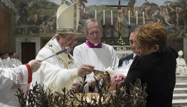 El Papa bautiza a 28 niños y pide a sus madres que los amamanten sin miedo