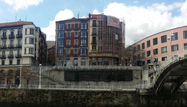 Muere un joven de 17 años tras caer a la ría en Bilbao