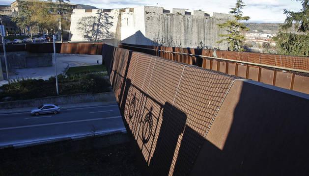 La pasarela de Labrit permanece cerrada desde julio y sujeta con varias redes desde el mes de septiembre.