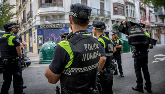 Agentes de Policía Municipal, junto al inmueble ocupado.