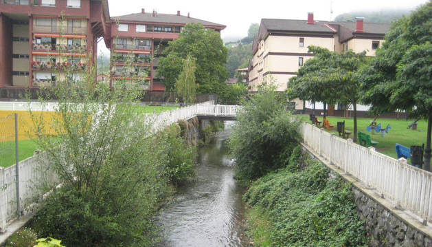 Detalle del centro urbano de Lesaka, en las proximidades del entorno ajardinado de las piscinas.