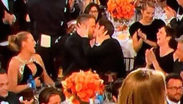 Imagen del instante en el que Andrew Garfieldconsoló aRyan Reynolds con un beso.