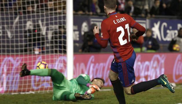 Clerc bate a Diego Alves en el tercer gol de Osasuna.
