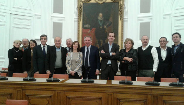 Representantes e instituciones, en la Sala de Plenos del Ayuntamiento de Pau.