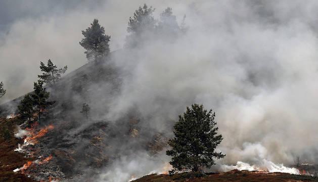 Imagen del incendio declarado en Isaba, en las inmediaciones del Monte Lakora, zona donde el pasado martes se originó otro fuego que quedó extinguido el miércoles.