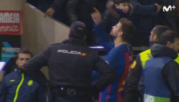Gerard Piqué se dirige al palco del estadio de La Cerámica.