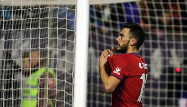 Roberto Torres se señala el escudo ante la afición celebrando el gol marcado ayer al Valencia (3-3)