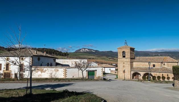 Vista de la iglesia del concejo de Murugarren y de algunas de las viviendas próximas.