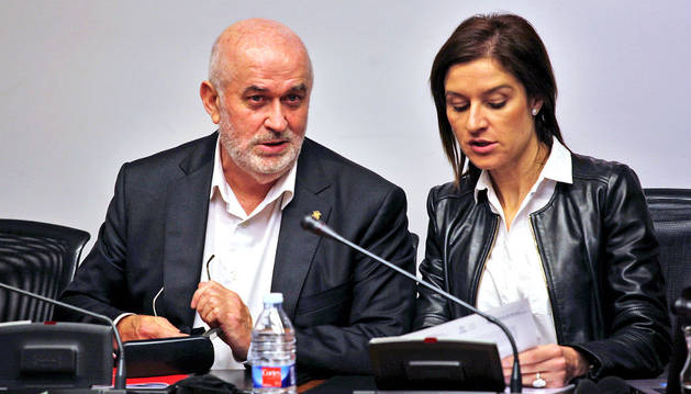El consejero José Luis Mendoza conversando este martes en el Parlamento con Nuria Medina (PSN), presidenta de la comisión de educación.