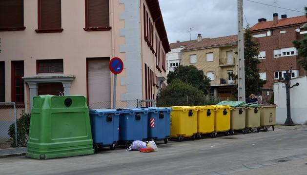 Contenedores en la calle Santa Gema, junto a las señoritas.